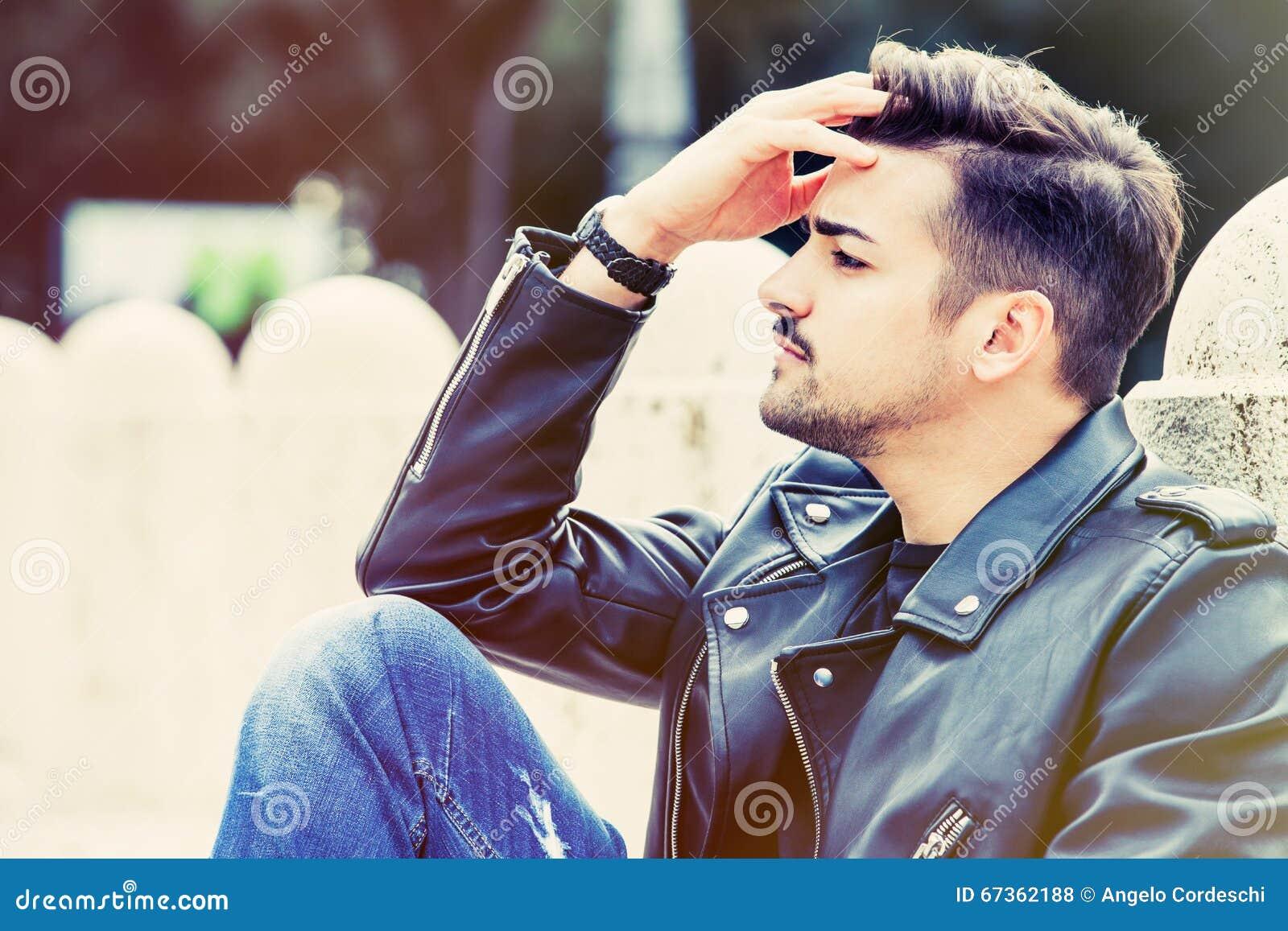 Hombre joven preocupante, concepto de la preocupación outdoor