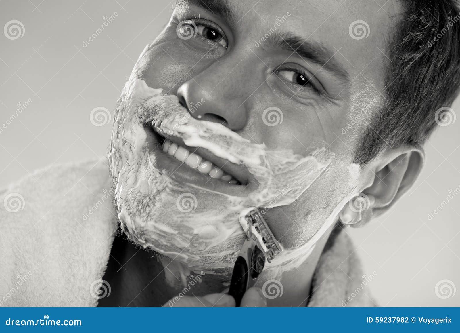 Download Hombre Joven Que Afeita Usando La Maquinilla De Afeitar Con La Espuma Poner Crema Foto de archivo - Imagen de piel, individuo: 59237982