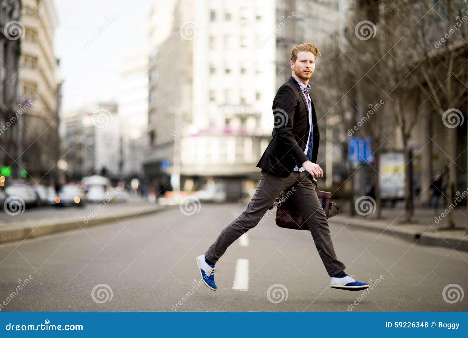 Download Hombre Joven Que Camina En La Calle Foto de archivo - Imagen de fashionable, maleta: 59226348