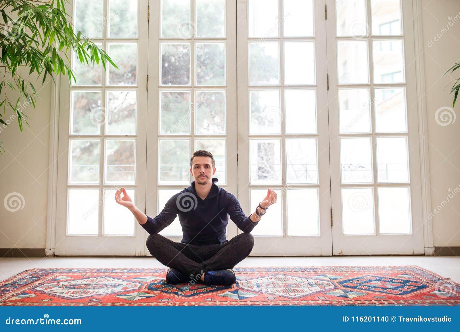 Hombre Joven Que Hace Ejercicio De La Yoga En Terraza Cerca