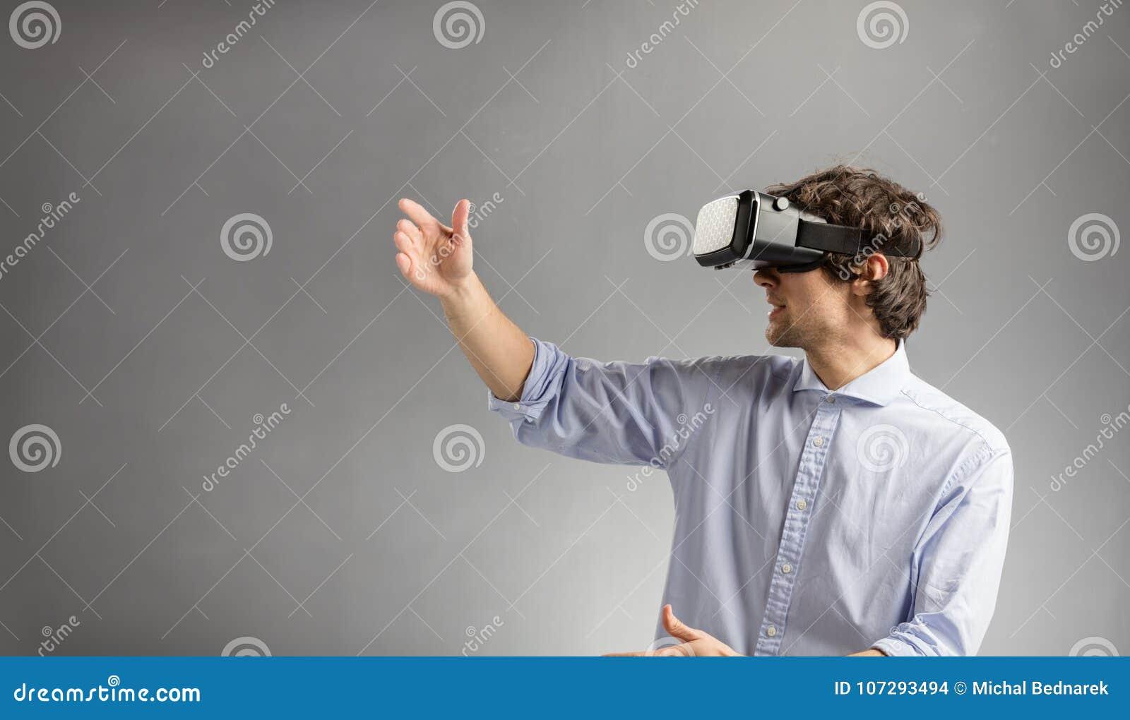 Hombre joven que juega en gafas de la realidad virtual