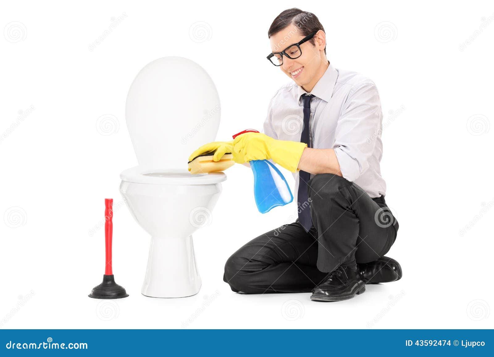 Hombre Joven Que Limpia Una Taza Del Inodoro Con Una Esponja Foto  ~ Como Limpiar El Fondo Del Inodoro