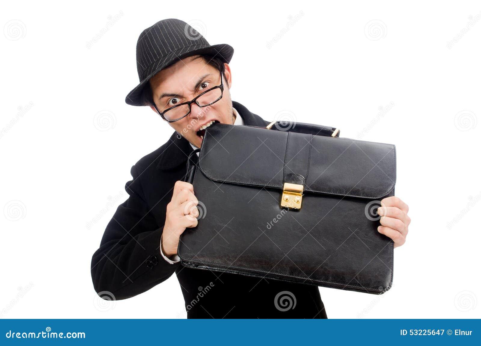 Hombre joven que sostiene la maleta aislada en blanco