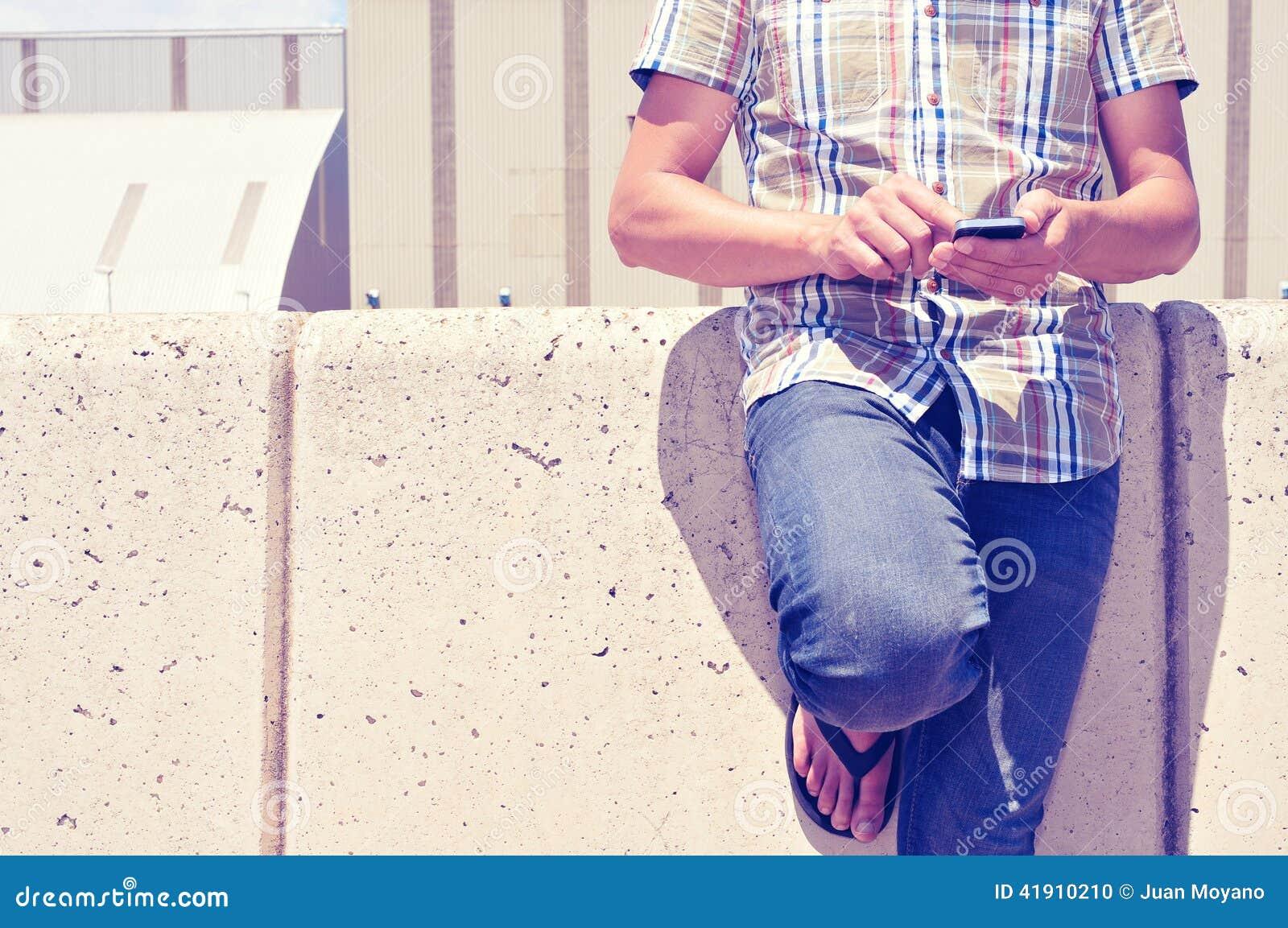 Hombre joven que usa un smartphone al aire libre