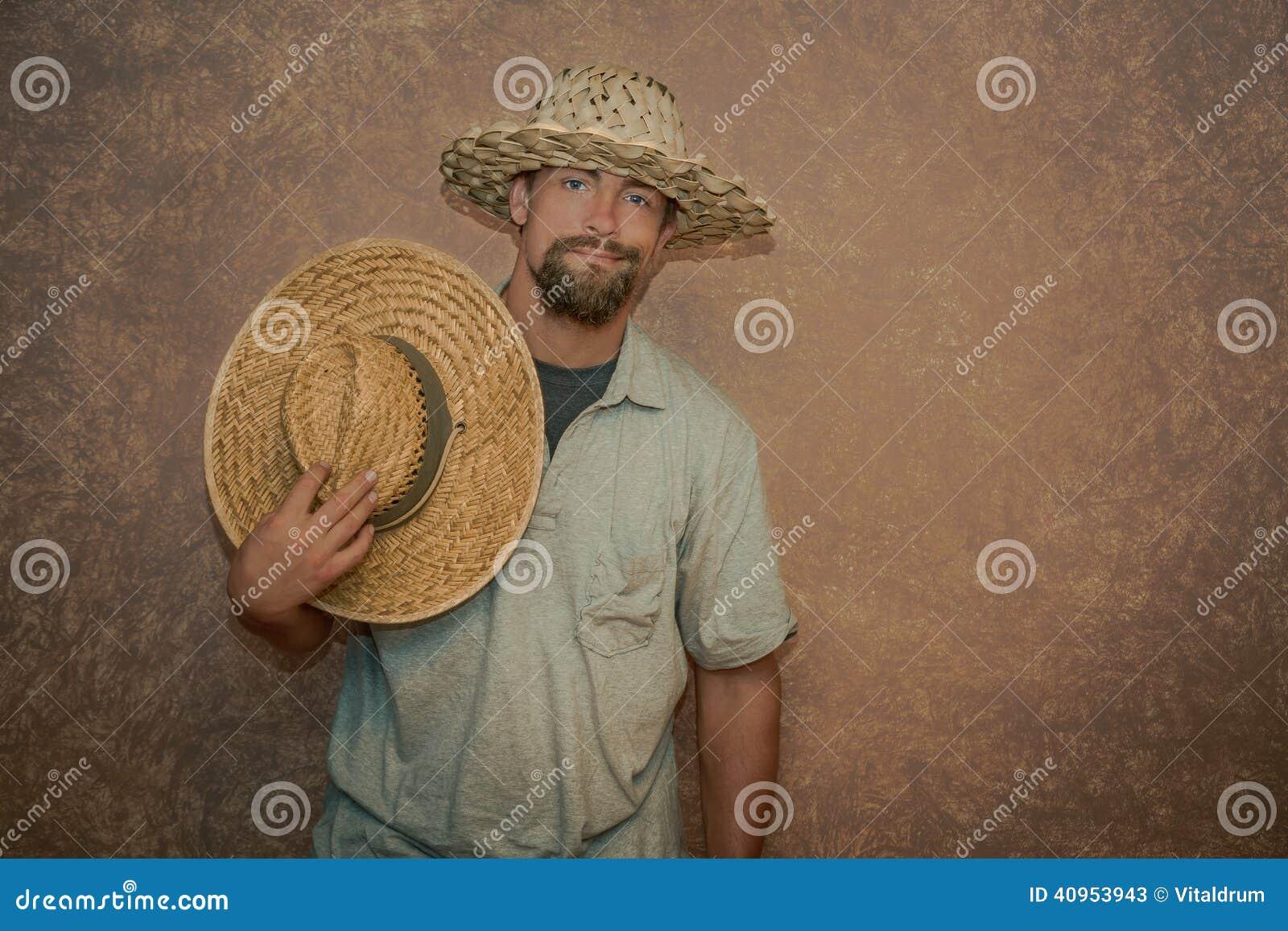 Hombre joven sombreros de una paja de moda que llevan
