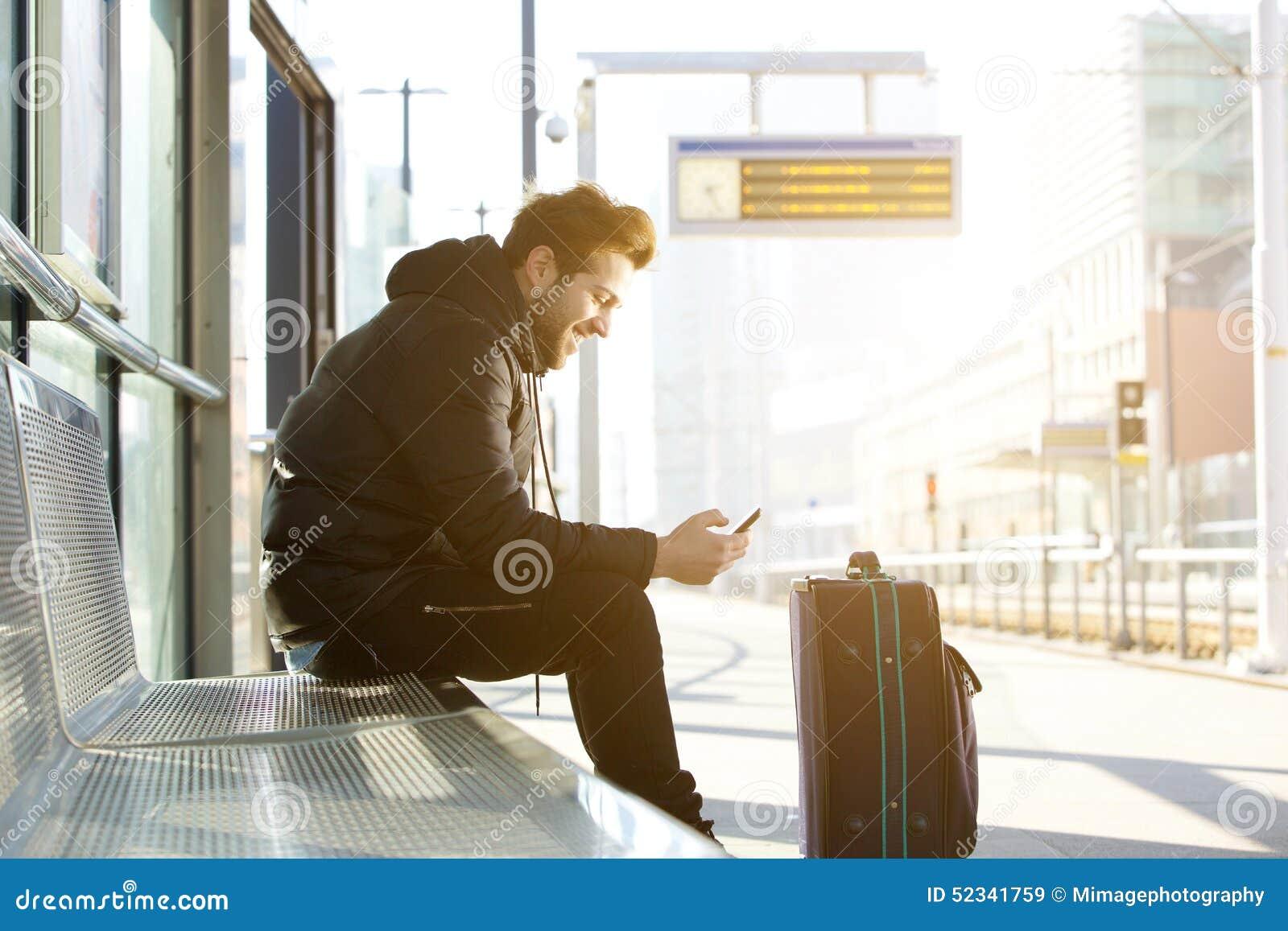 Móvil Con Teléfono Bolso Imagen Sonriente Hombre El Y De Joven 1aXqaxwA7