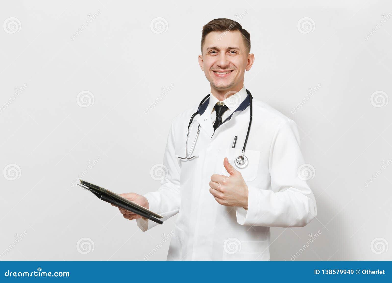 Hombre joven sonriente del doctor de la diversión aislado en el fondo blanco Doctor de sexo masculino en el uniforme médico, PC d