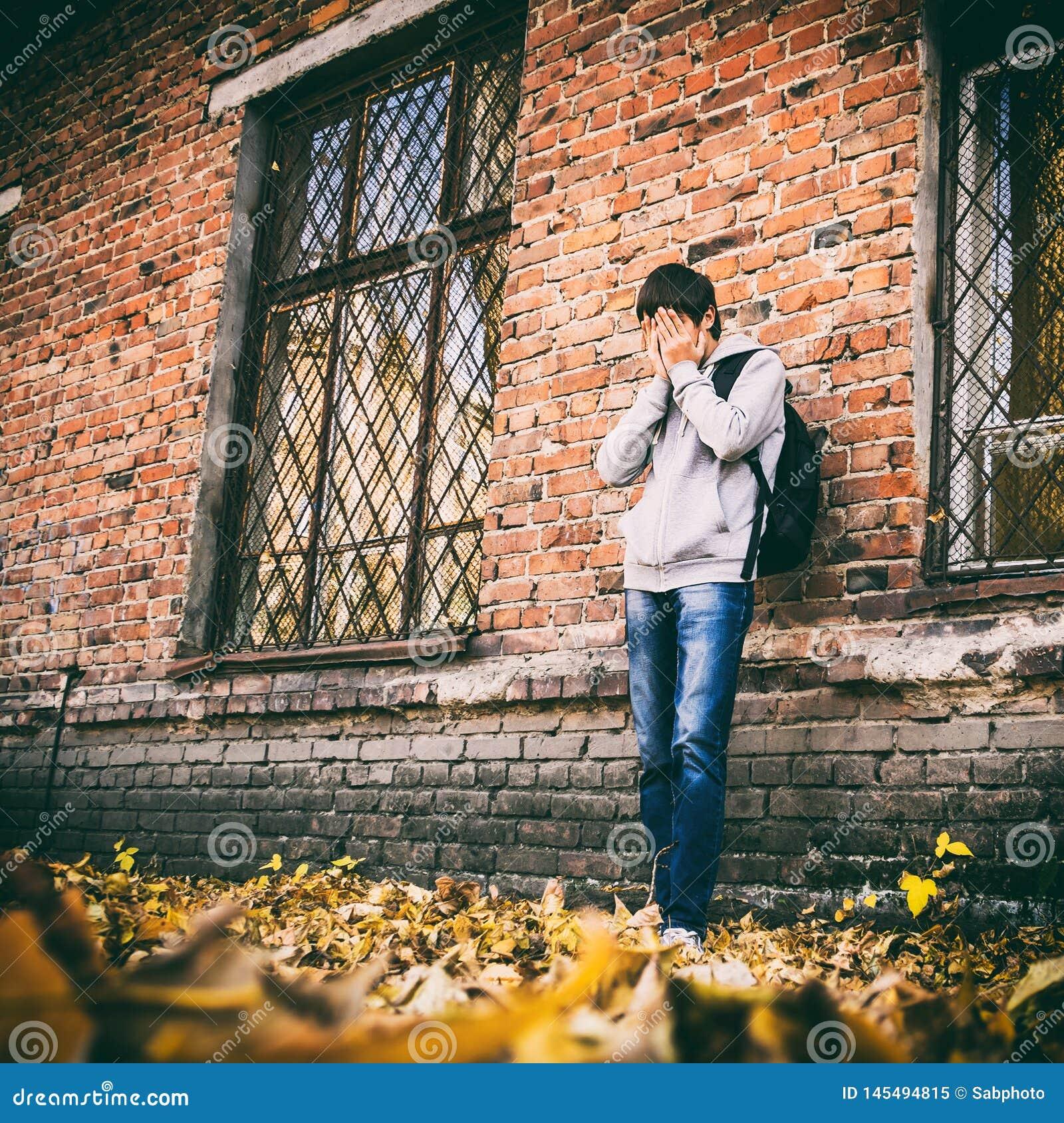 Hombre joven triste al aire libre