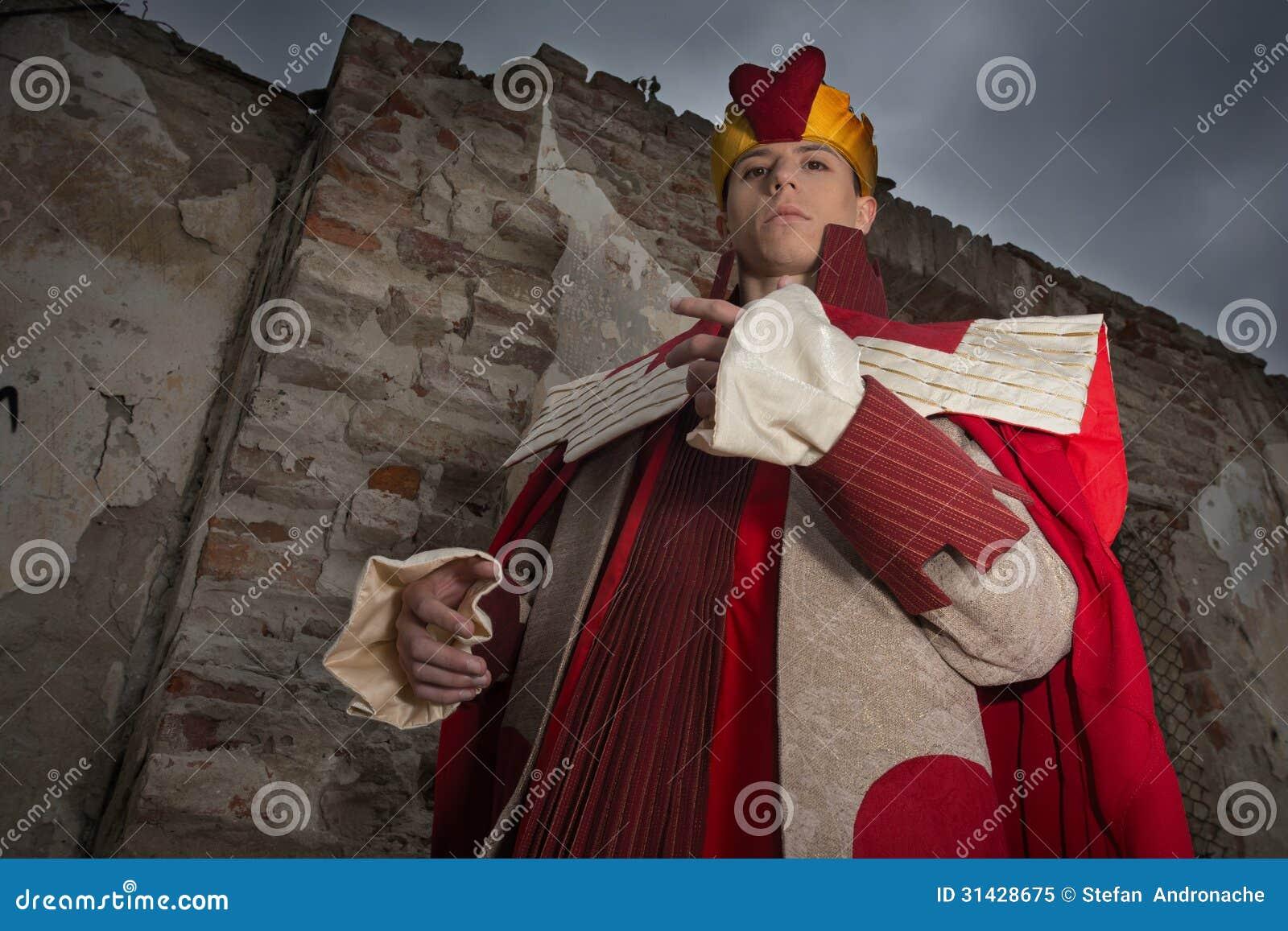Hombre joven vestido como rey