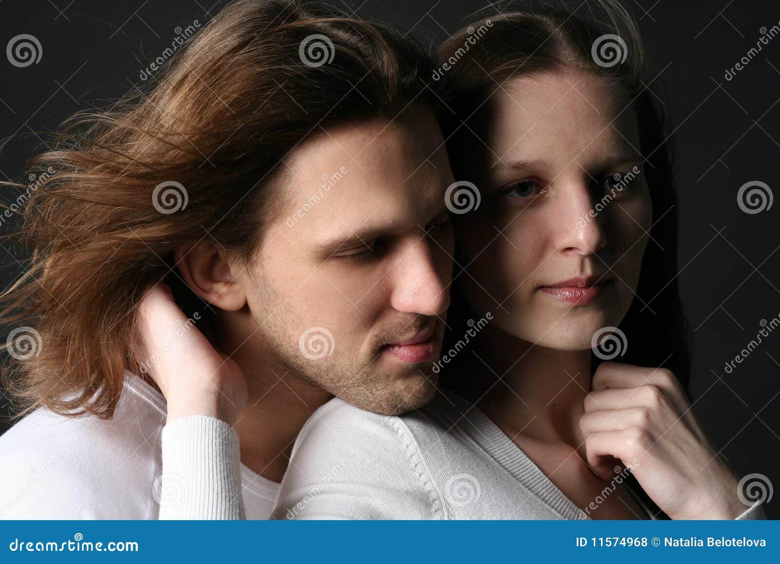 Hombre joven y mujer