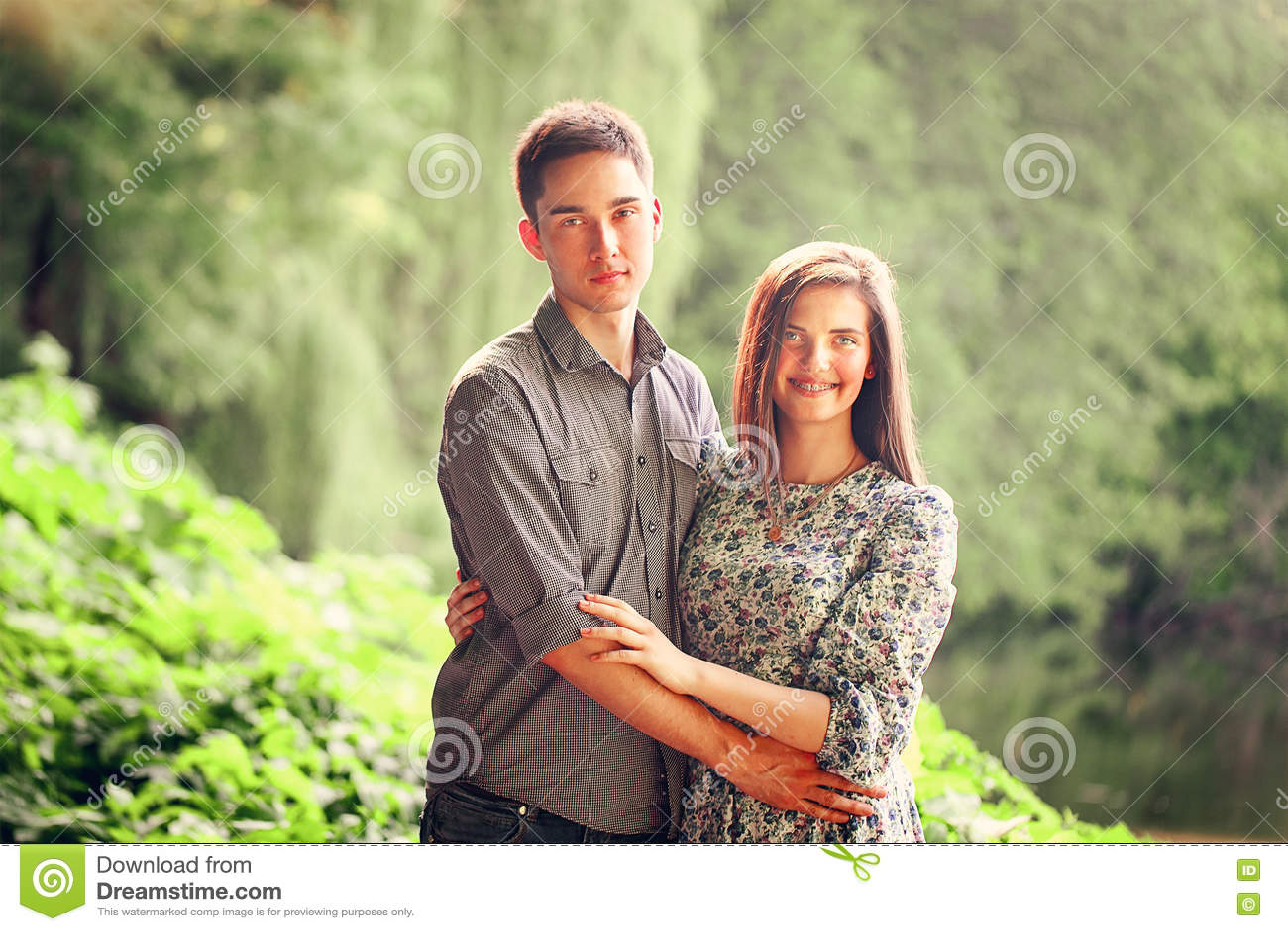 Hombre joven y mujer cariñosos