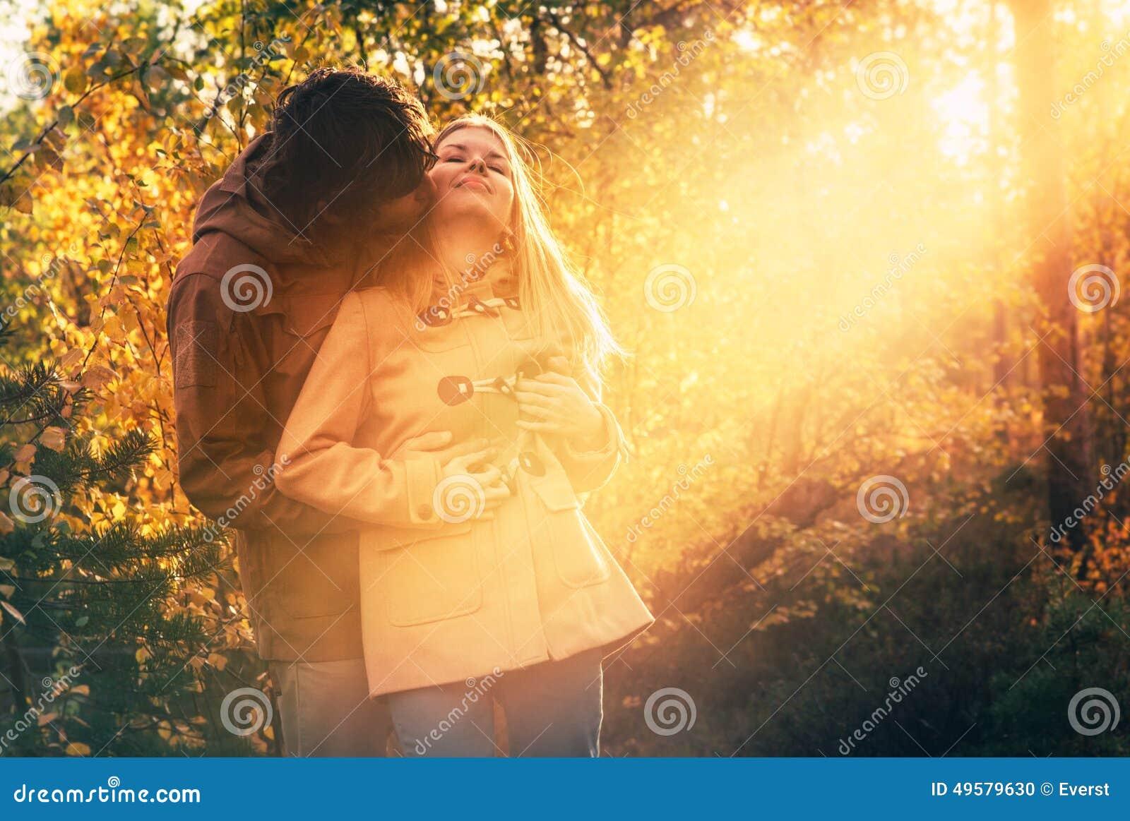 Hombre joven y mujer de los pares que abrazan en al aire libre romántico del amor