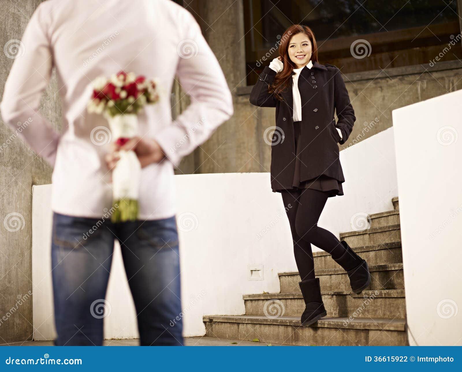 Hombre joven y mujer en amor