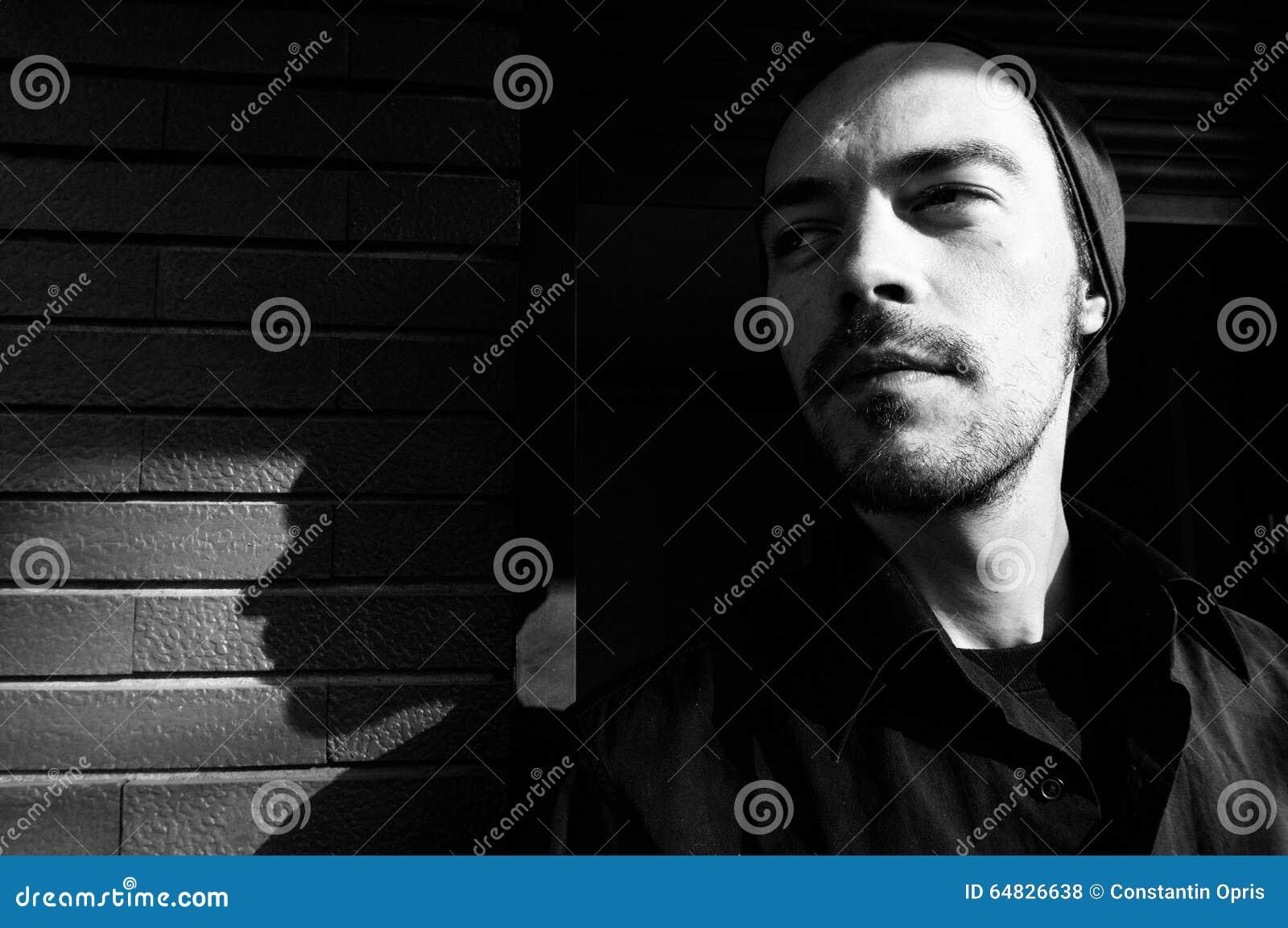 Hombre joven y su sombra