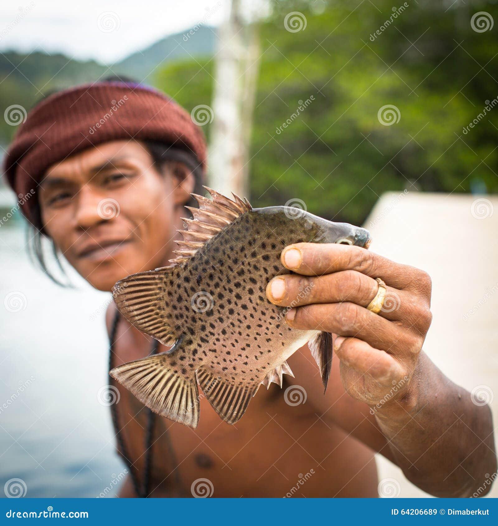 Hombre local en el pueblo del pescador La isla está en el golfo de Tailandia