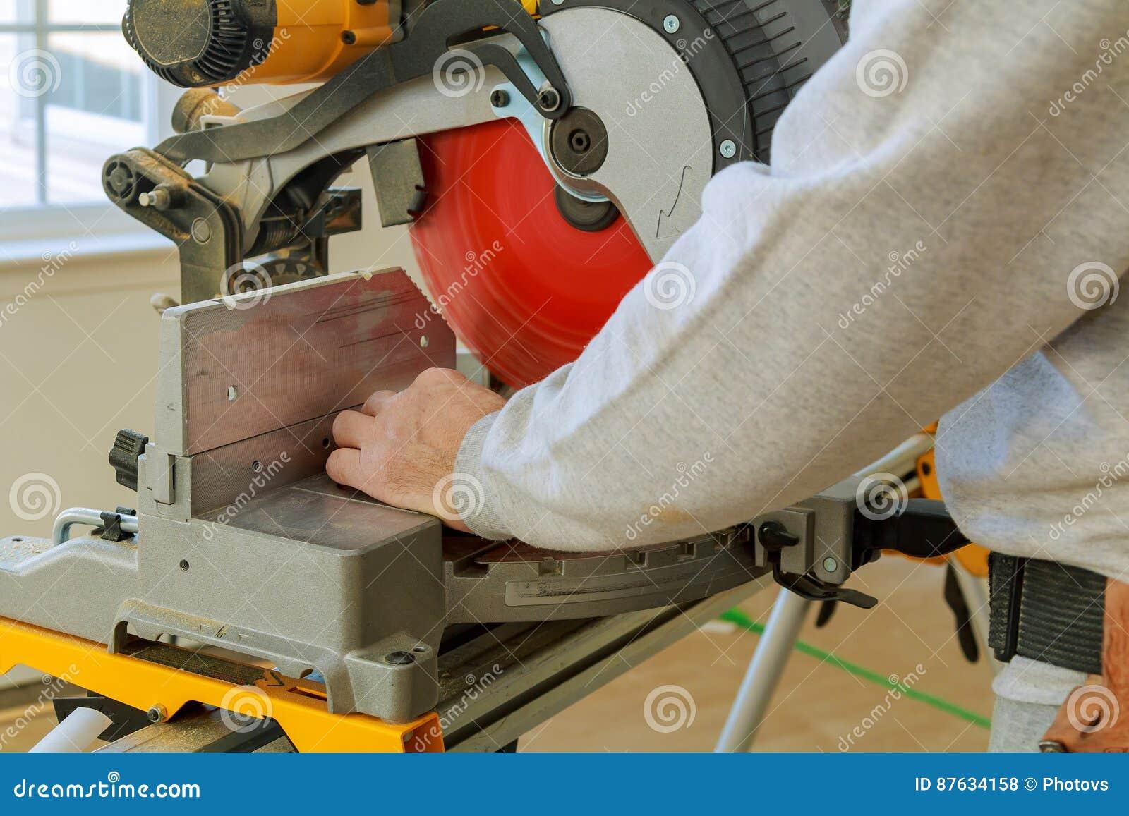 Hombre, Madera Con Una Sierra Circular, Máquina Del Sawing Del ...