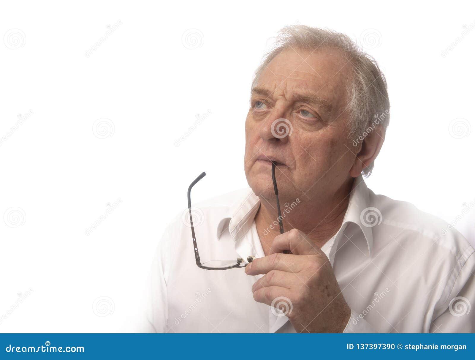 Hombre maduro con los vidrios, tomados con el espacio de la copia