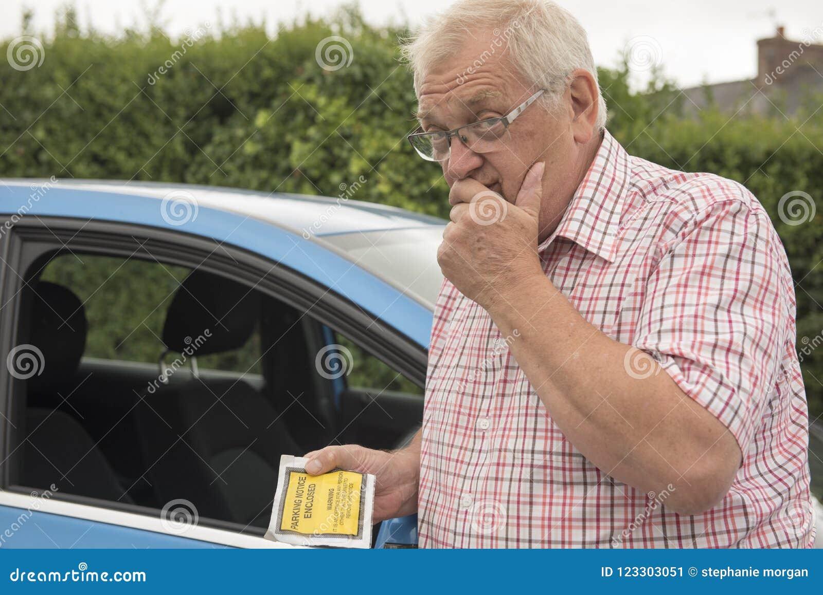 Hombre maduro con parquear parecer fino molestado