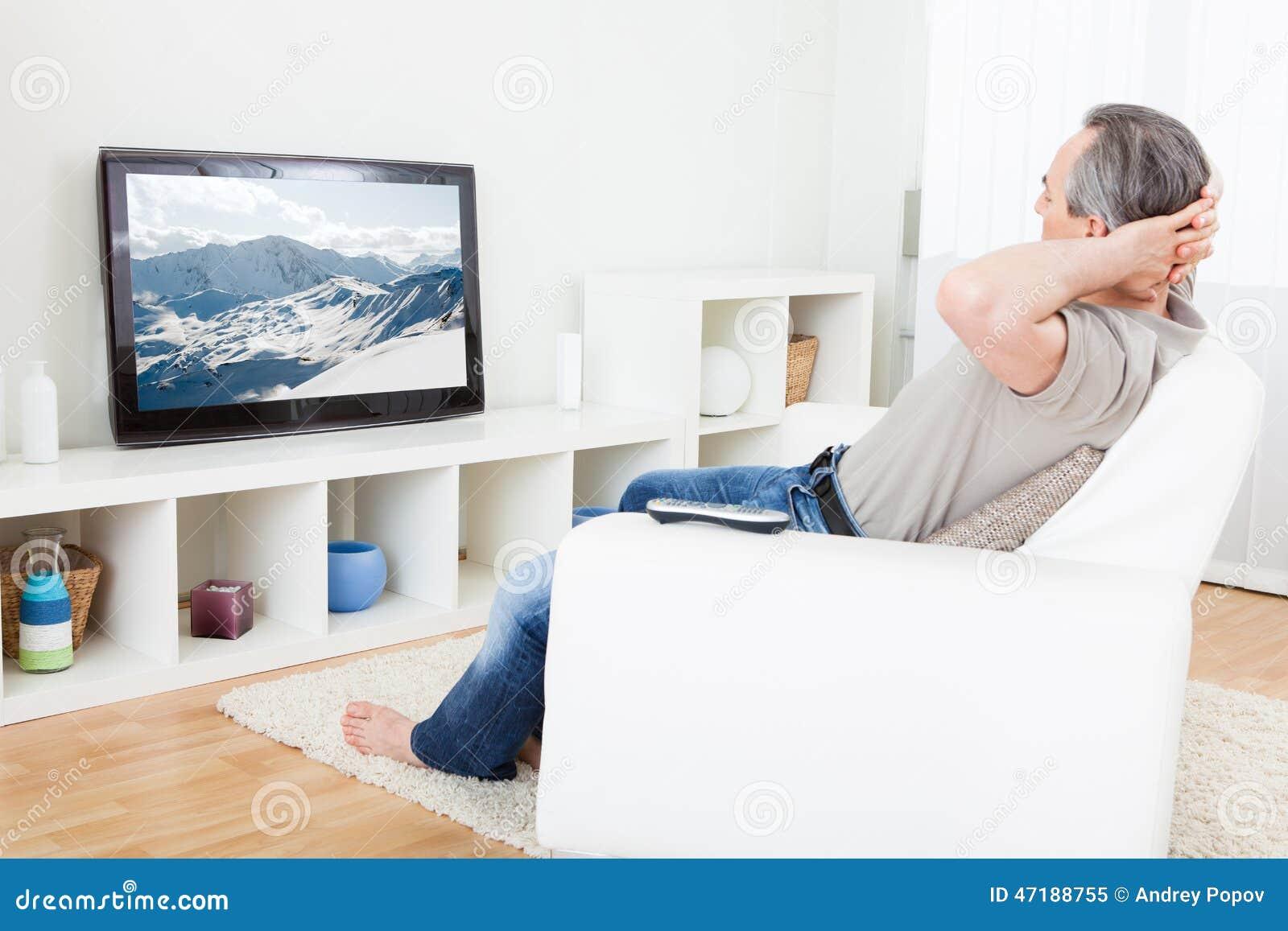 Hombre maduro que ve la TV