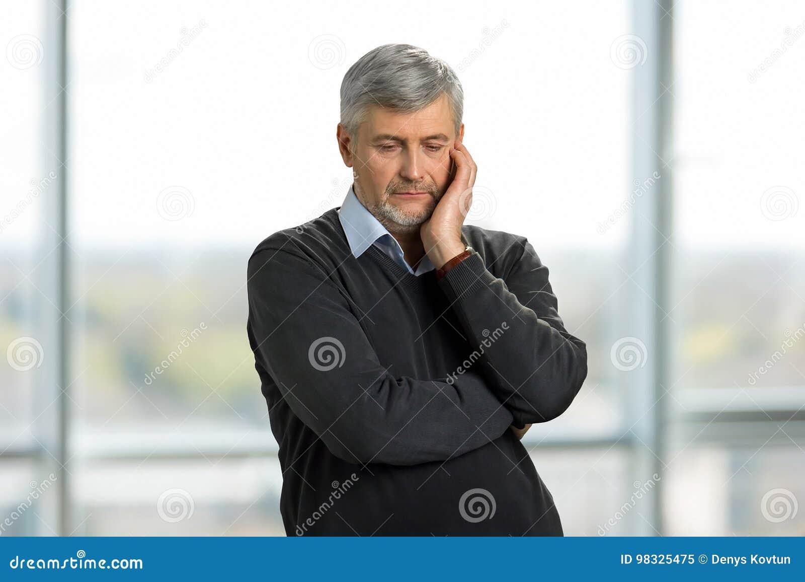 Hombre maduro triste pensativo