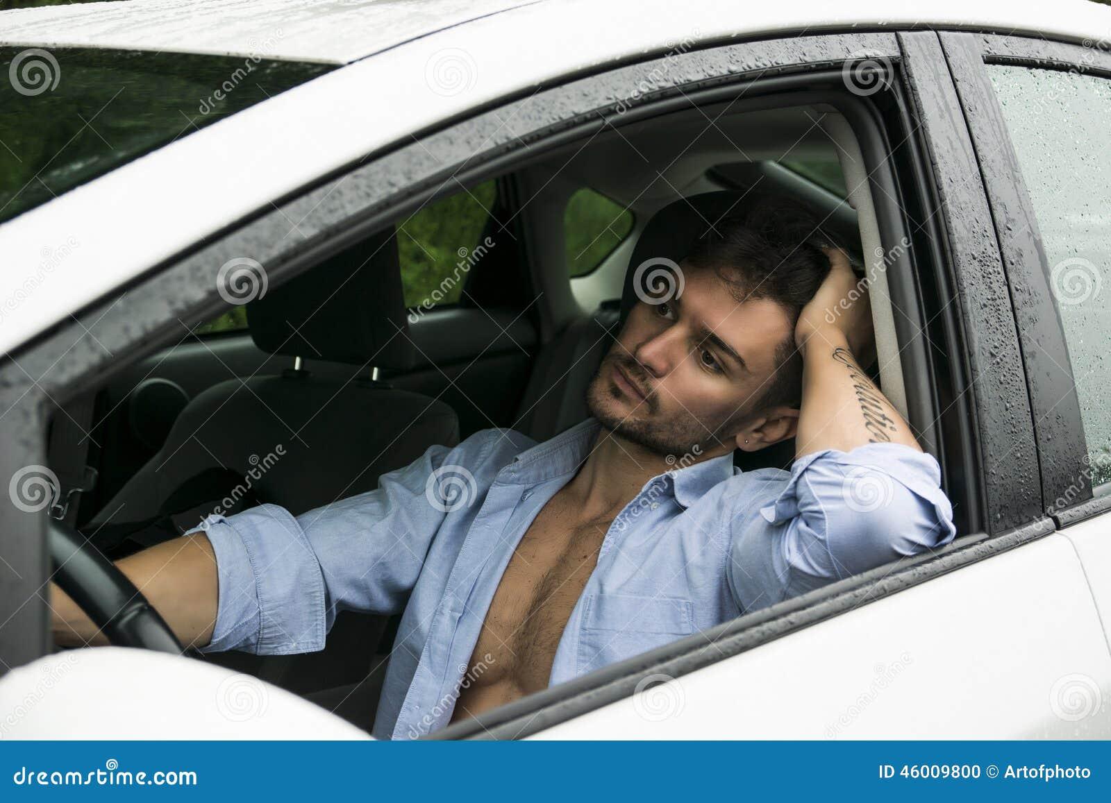 Hombre magnífico cansado que conduce su coche