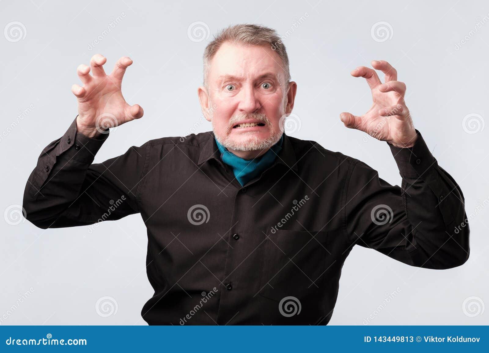 Hombre mayor con crisis nerviosa Él está en furia
