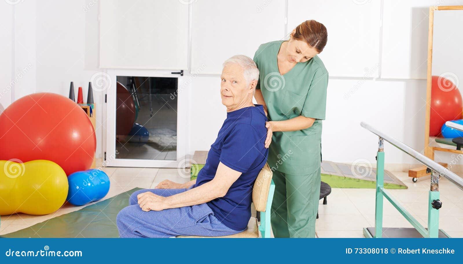 Hombre mayor con dolor de espalda en terapia física