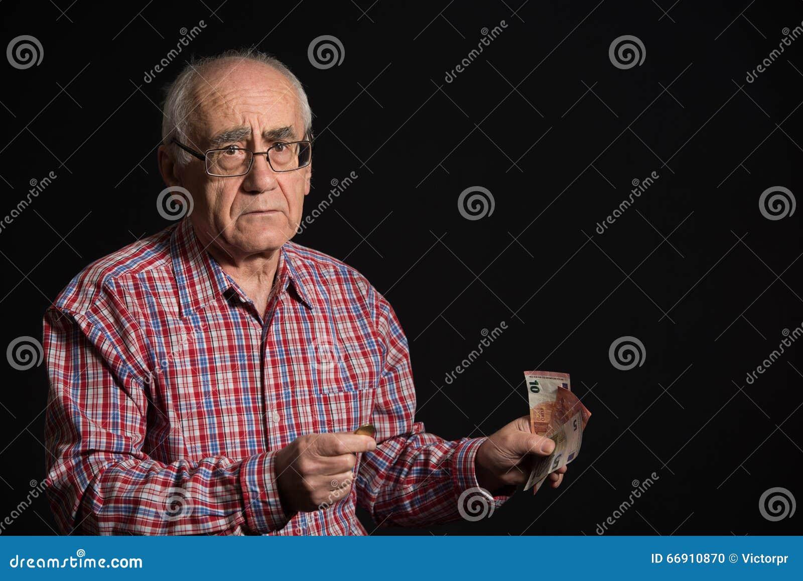 Hombre mayor con el dinero