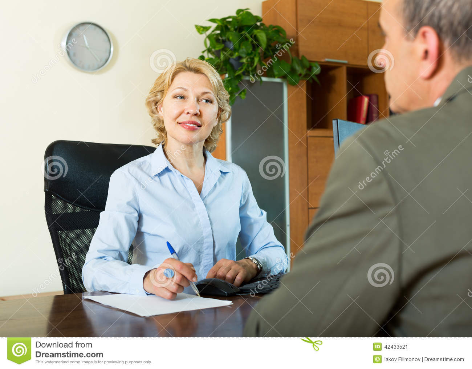 Hombre mayor con el director de banco