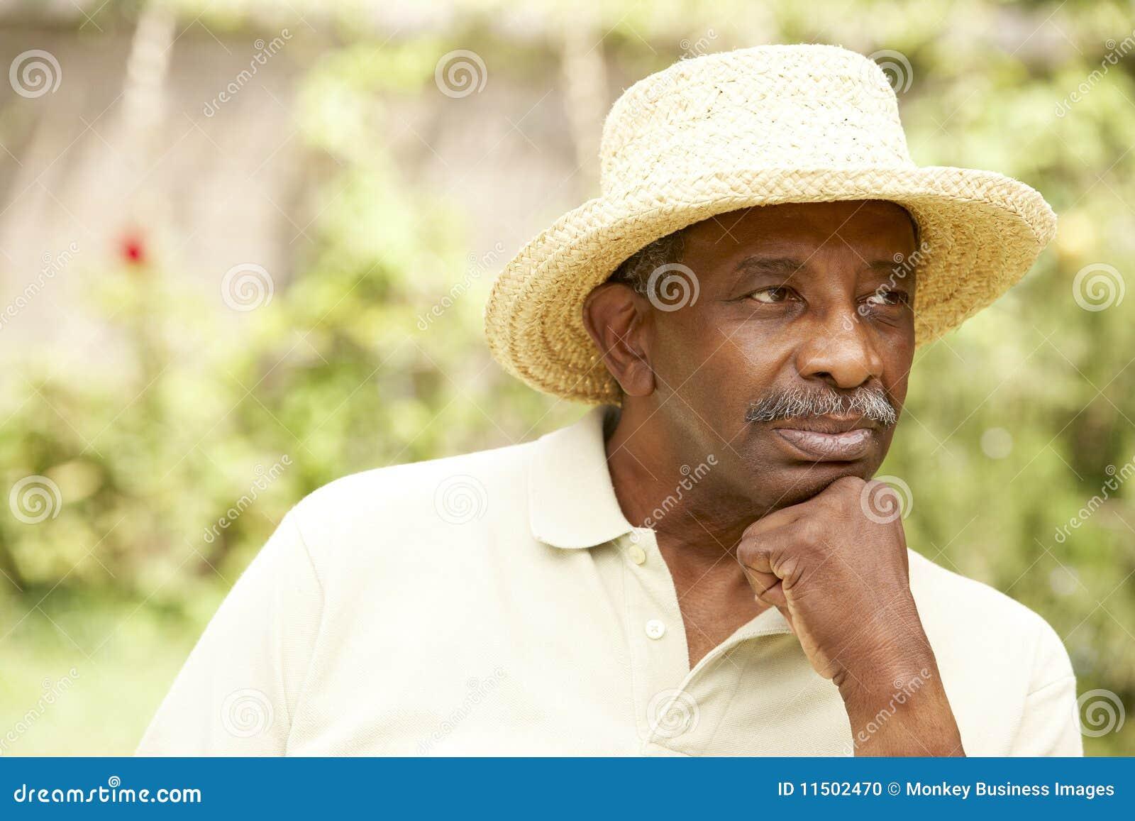 Hombre mayor con la expresión pensativa