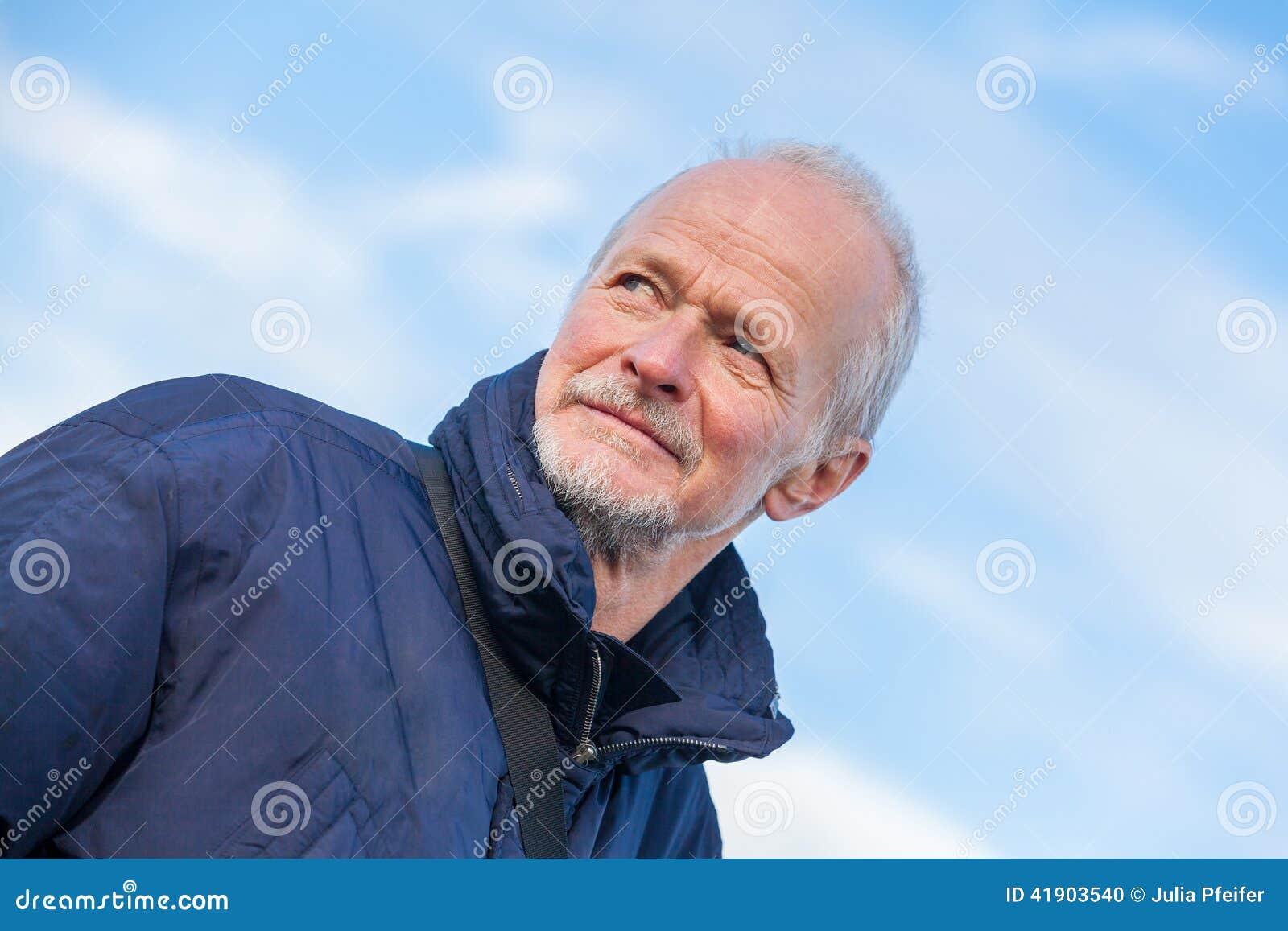 Hombre mayor con una expresión pensativa