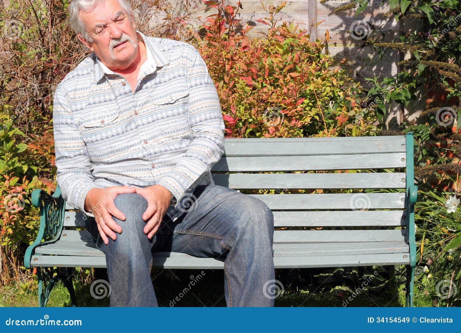 Hombre mayor con una lesión de rodilla.
