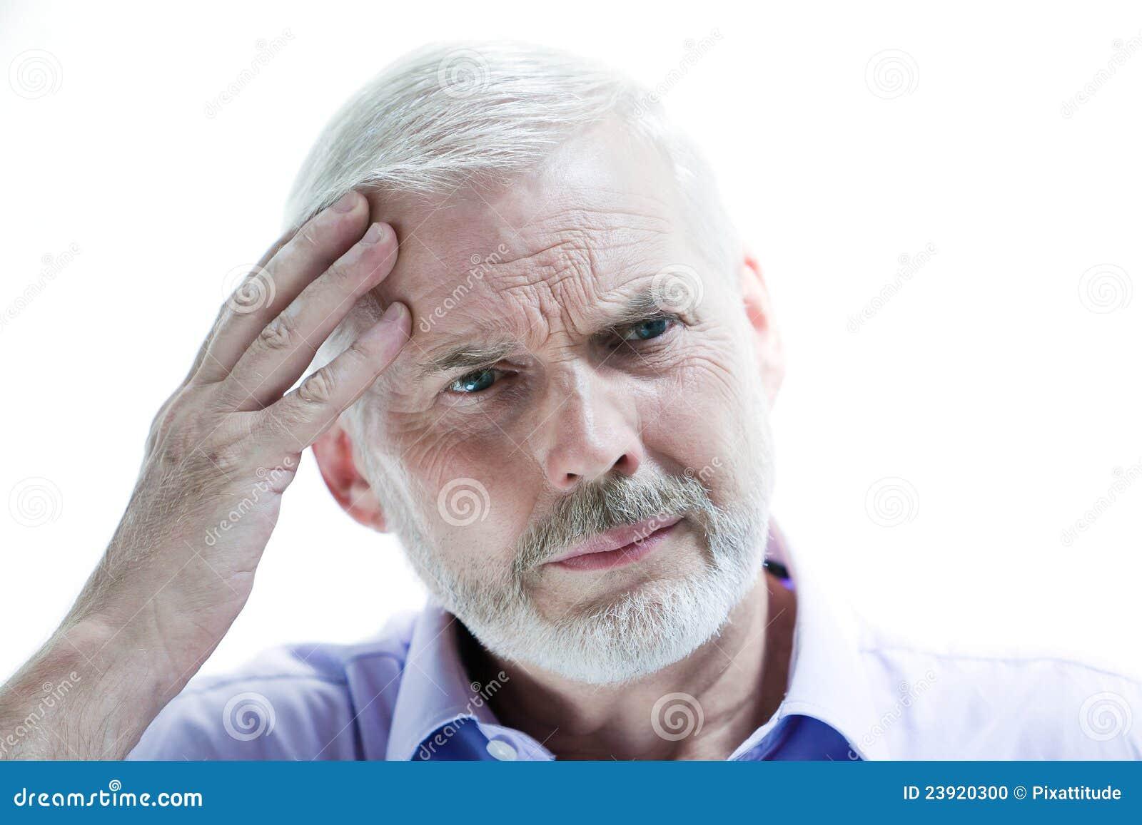 Hombre mayor de la enfermedad de la jaqueca o de la pérdida de memoria