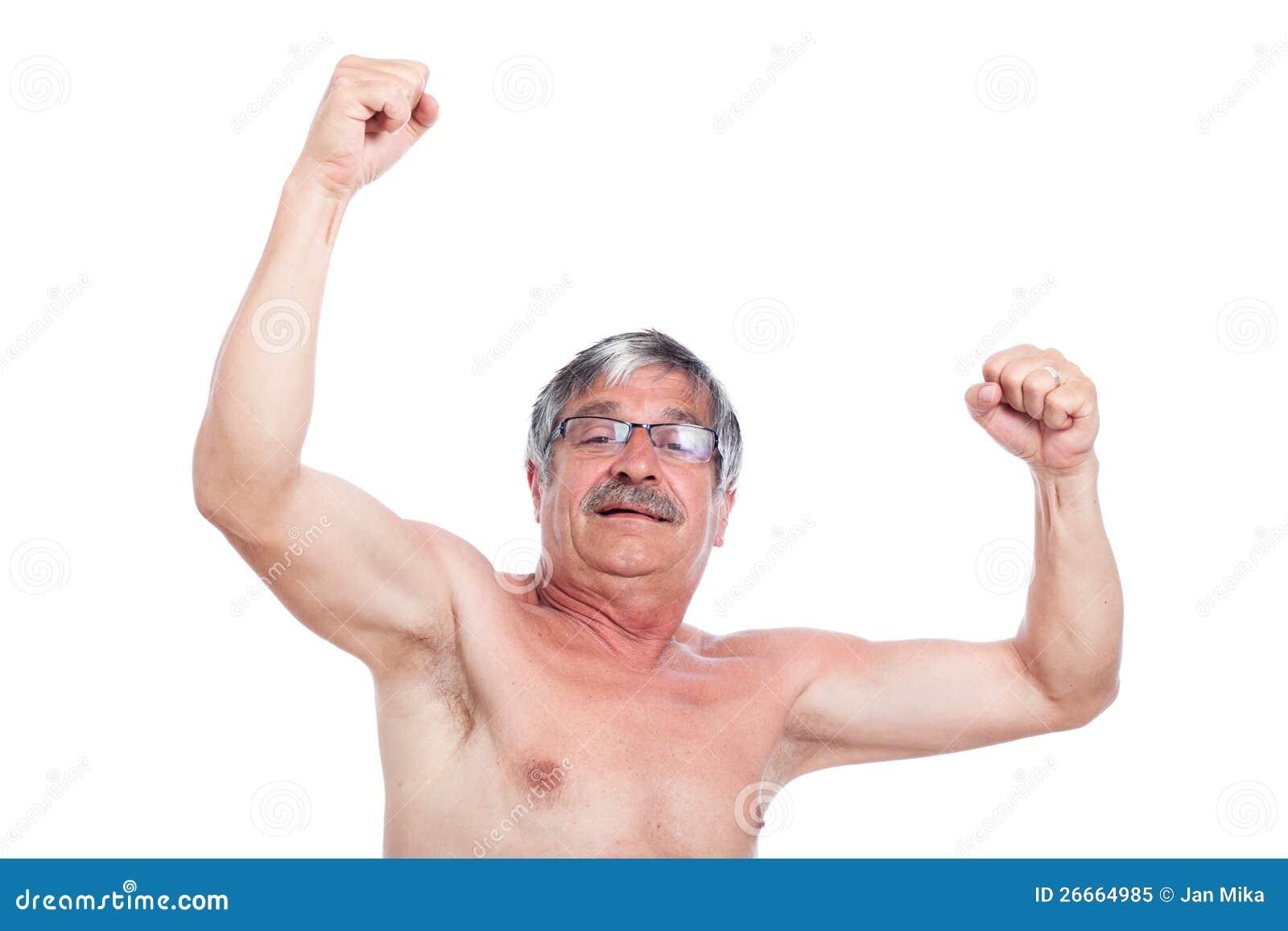 Hombre mayor descamisado emocionado feliz