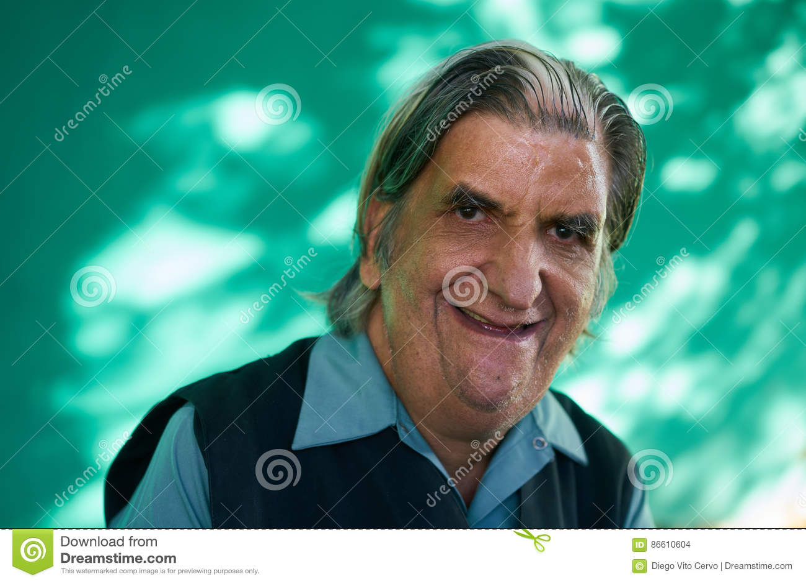 Hombre mayor divertido del retrato real de la gente que se ríe de la cámara