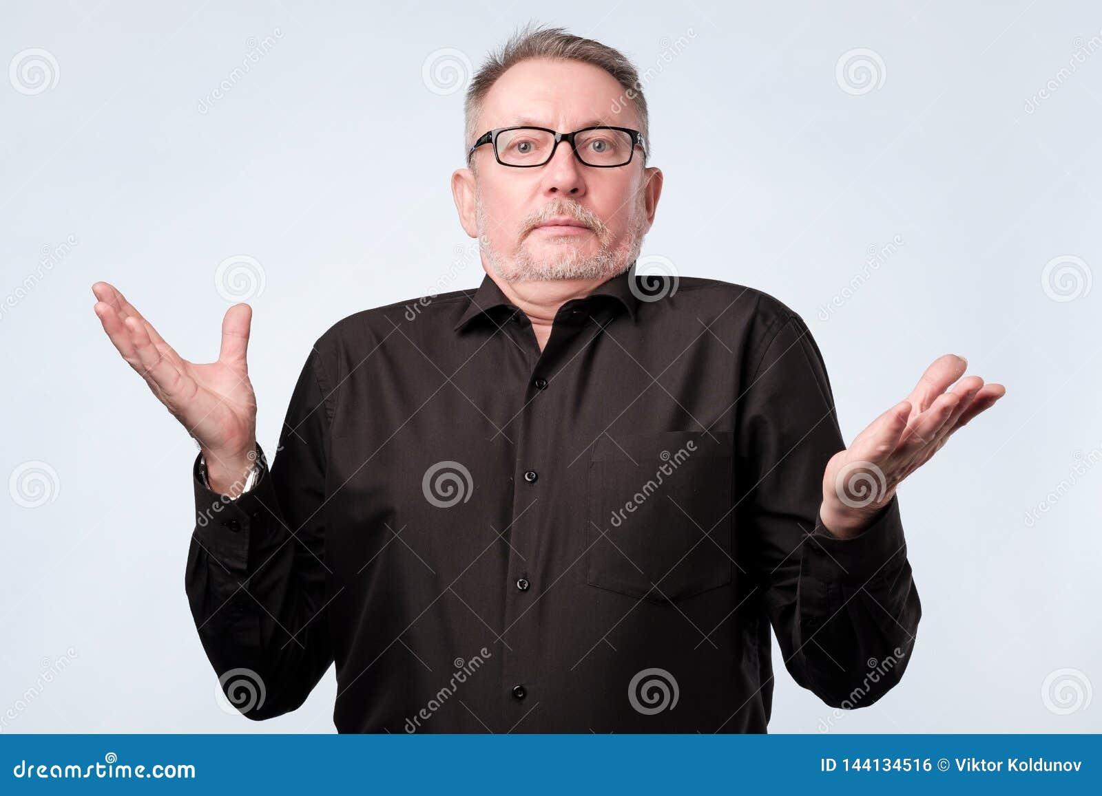 Hombre mayor dudoso en duda y la sensaci?n insegura