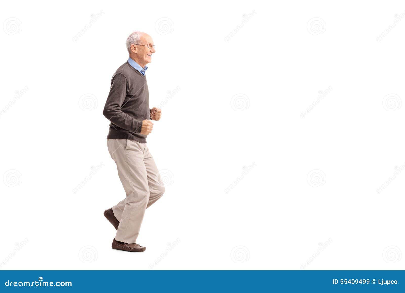 Hombre mayor en la ropa casual que corre y que sonríe