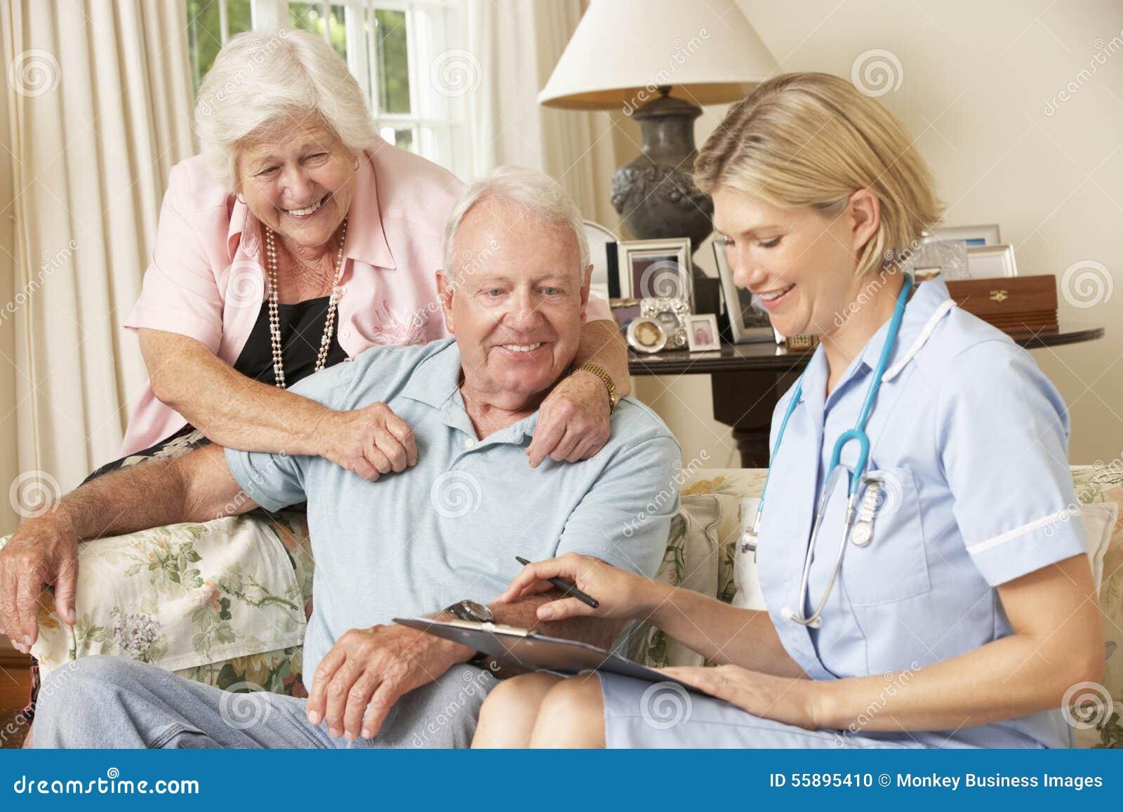 Hombre mayor jubilado que tiene revisión médica con la enfermera At Home