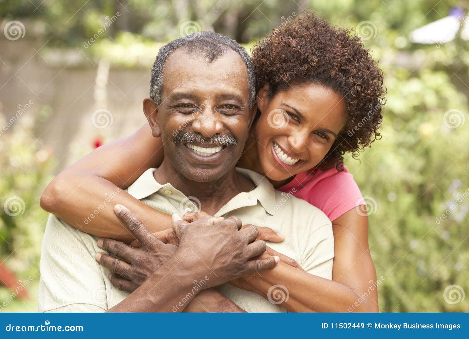 Hombre mayor que abraza a la hija adulta