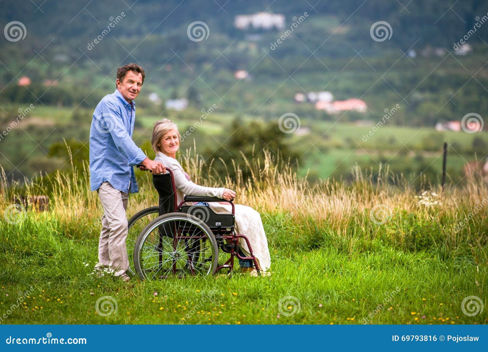 Mujer inválida en silla de ruedas se desnuda delante de