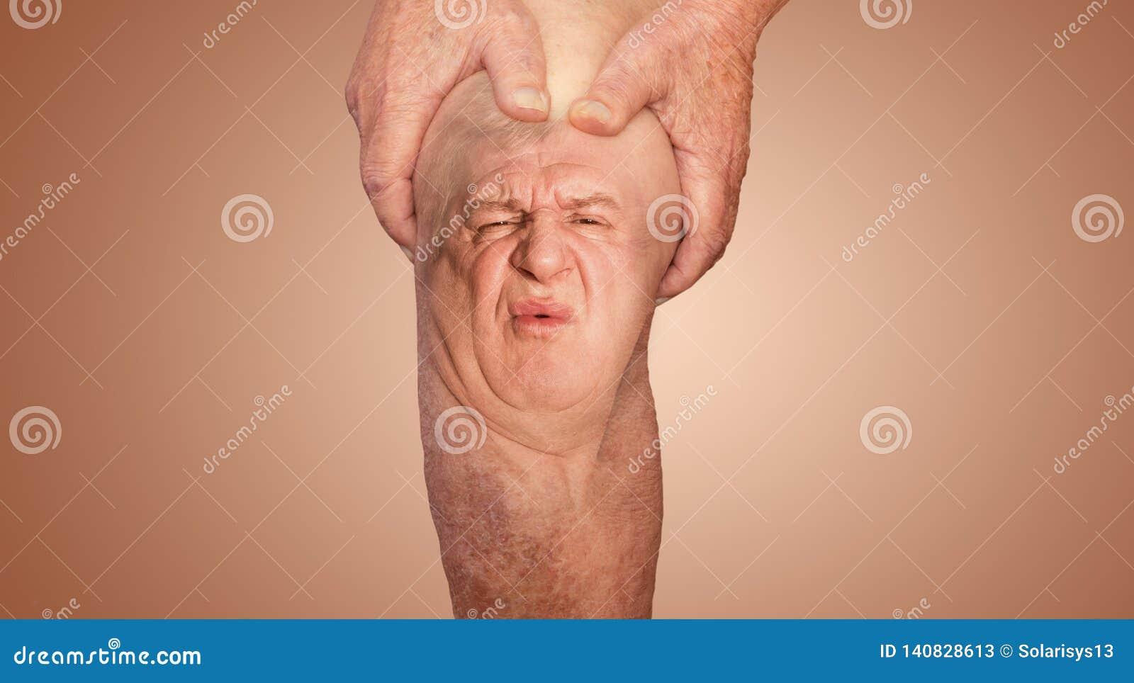 Hombre mayor que sostiene la rodilla con dolor collage Concepto de dolor y de desesperación abstractos