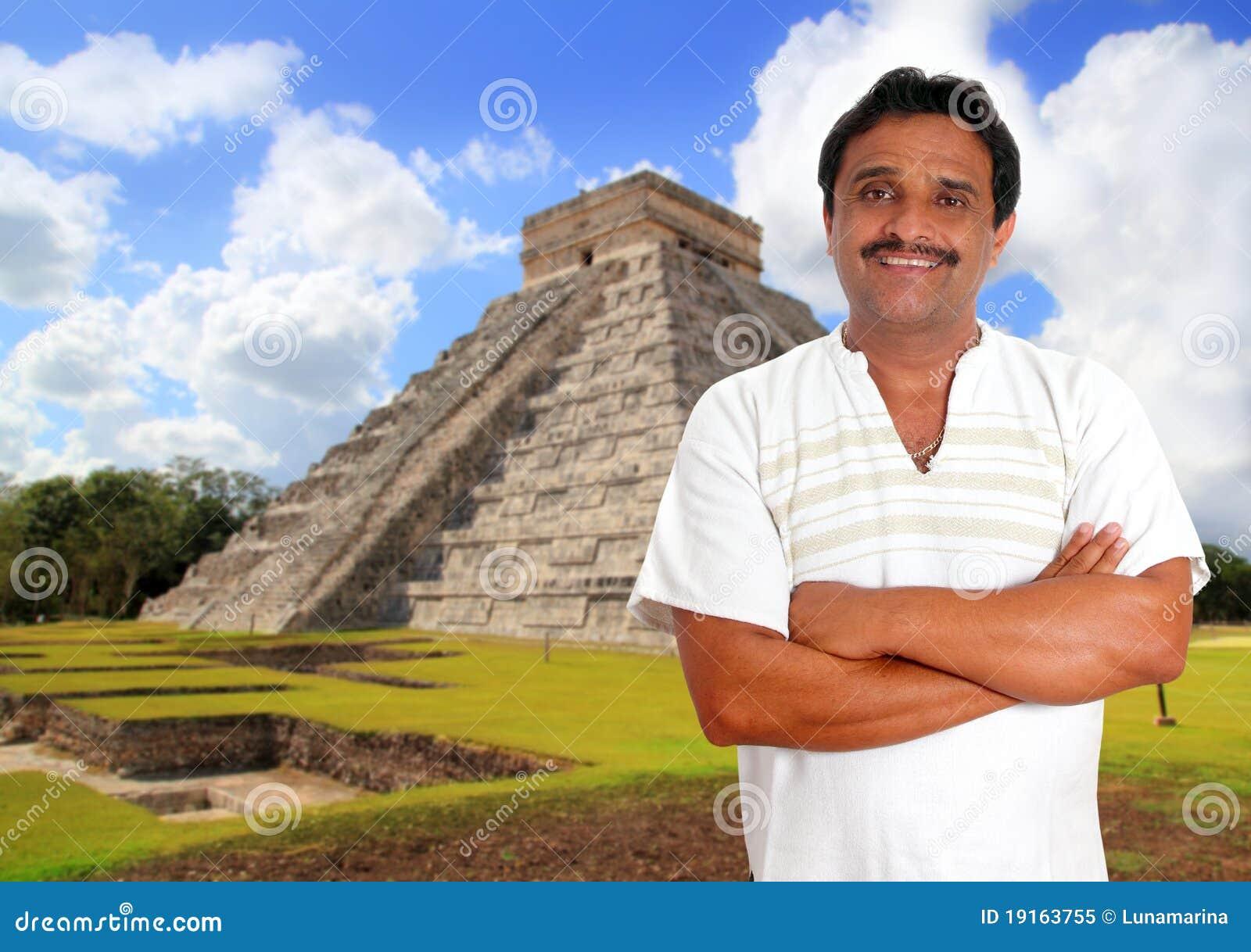 Hombre mexicano con la sonrisa maya de la camisa