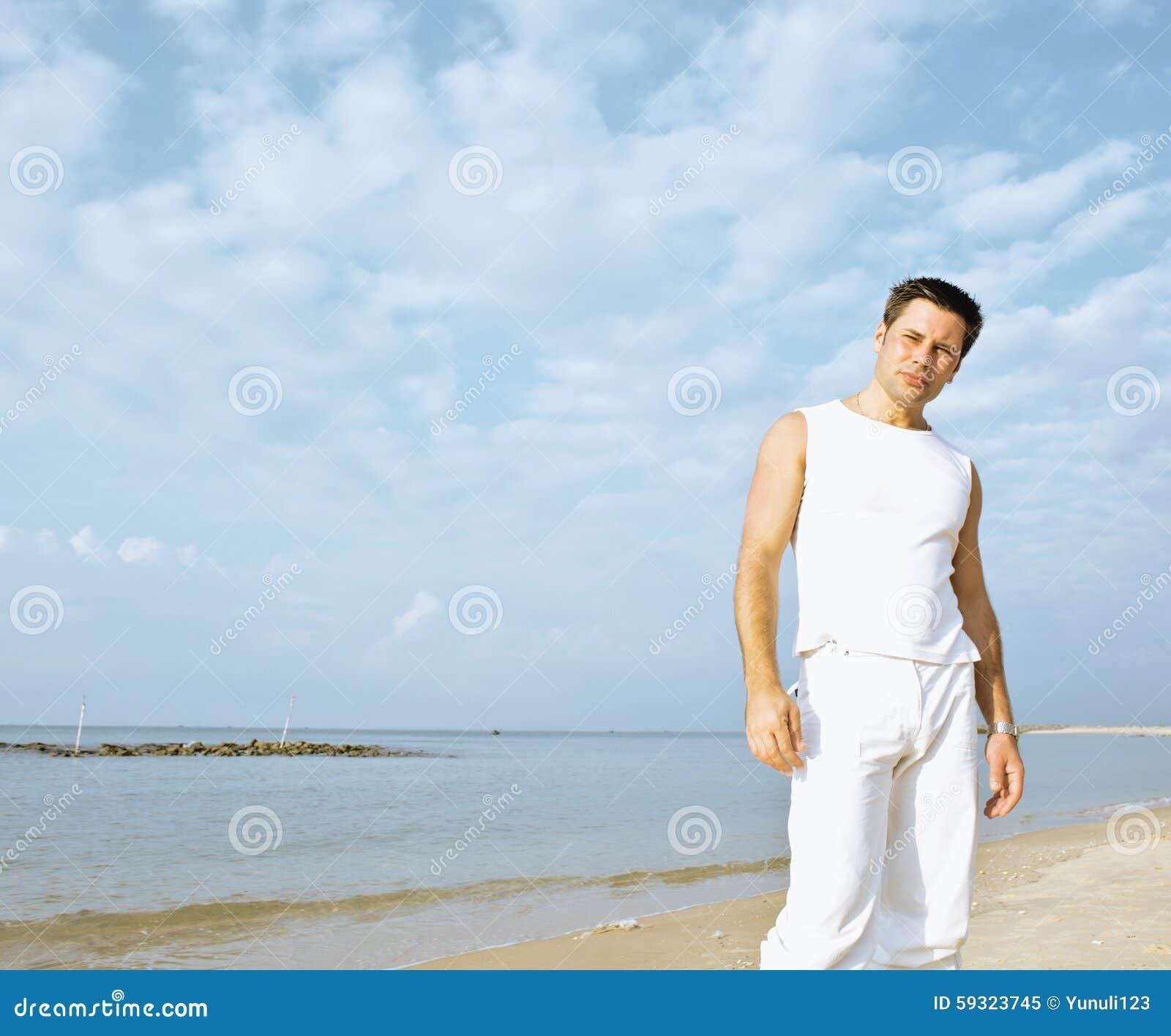 Hombres morenos vestidos de blanco