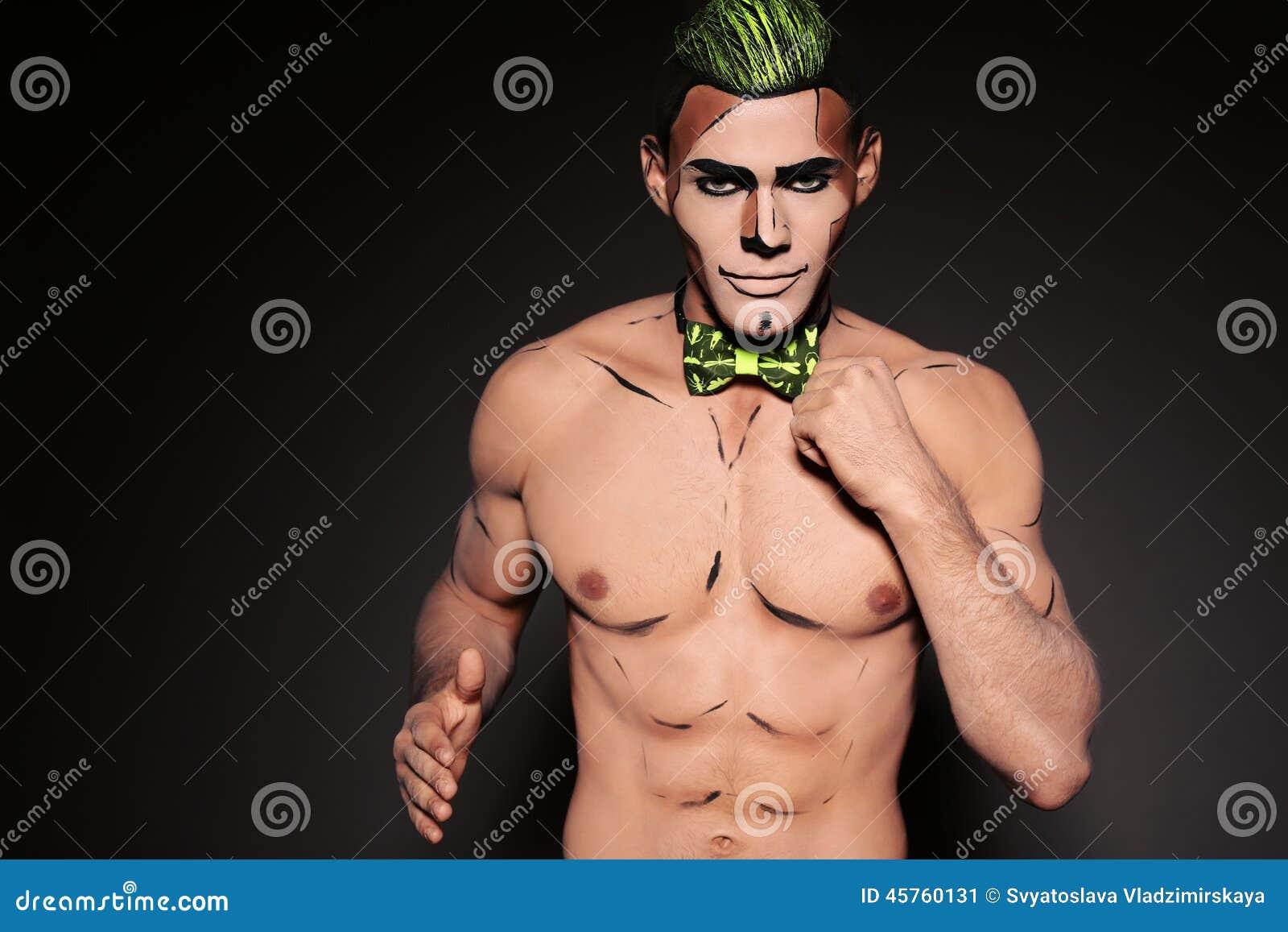 Hombre muscular atractivo con la cara pintada para el partido de Halloween Imagen de archivo