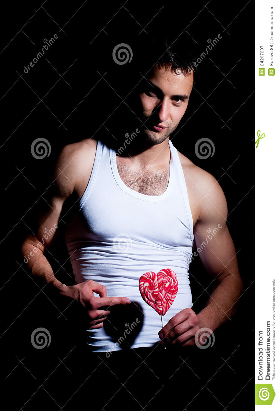 Hombre muscular con el lollipop rojo
