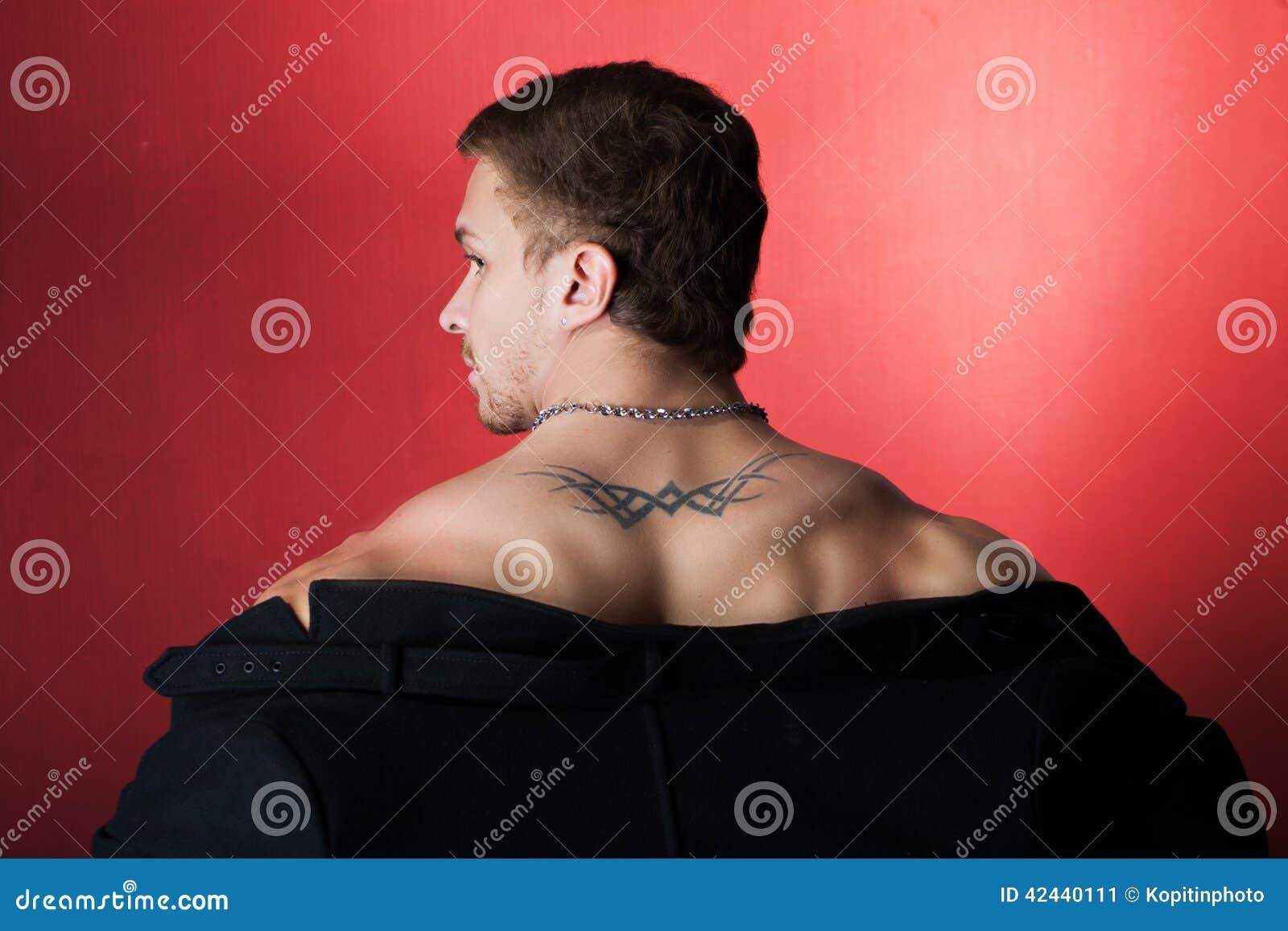 Hombre muscular en una capa