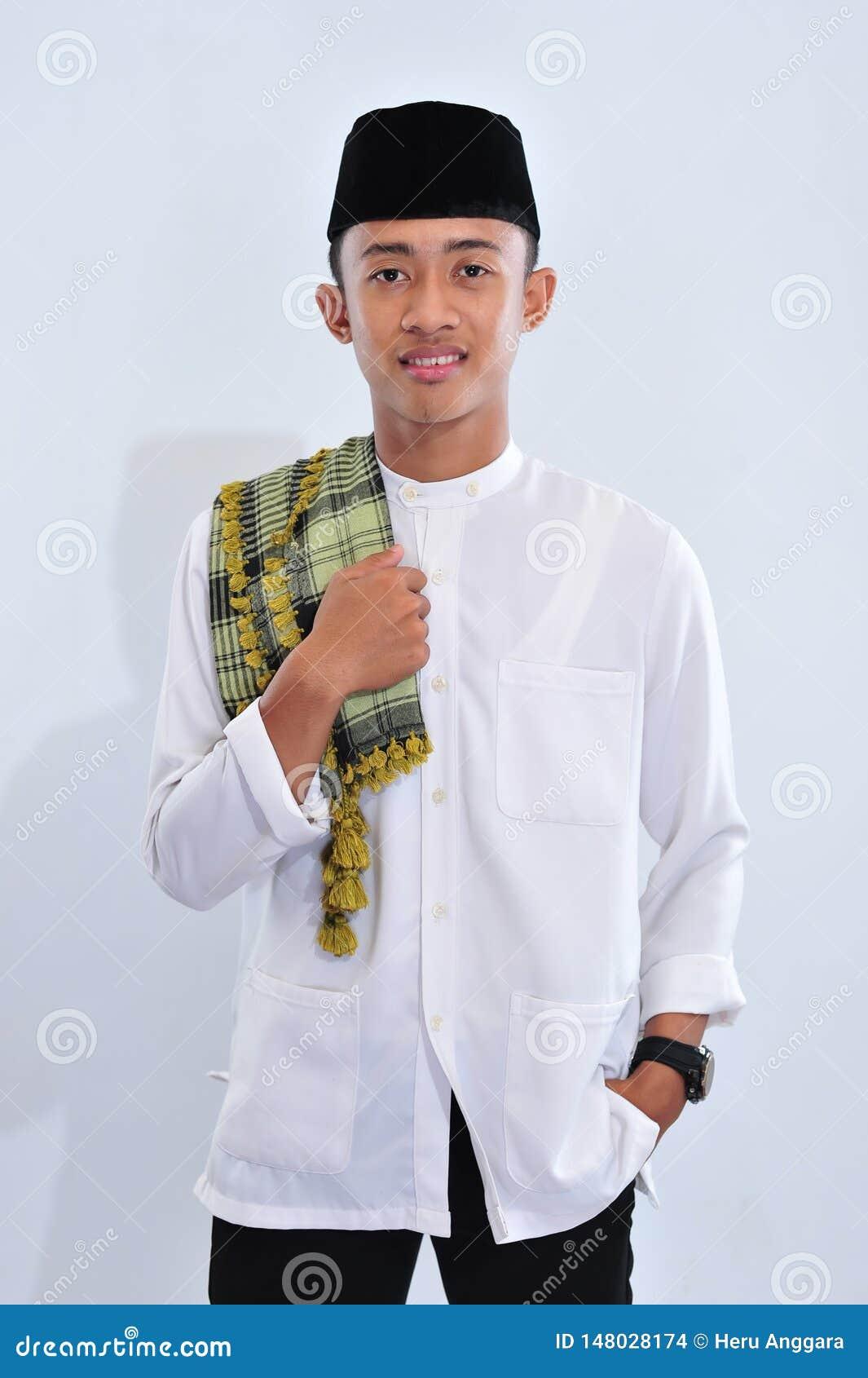 Hombre musulmán religioso asiático de sonrisa de Indonesia en usted