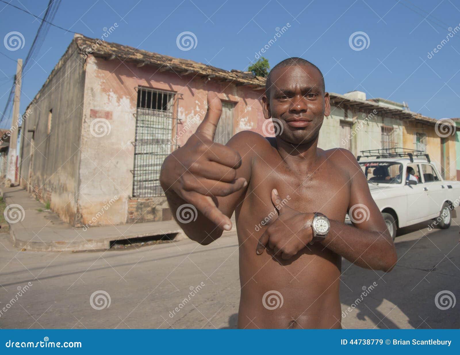 Hombre Negro Desnudo De Pecho En Calle Imagen De Archivo Editorial