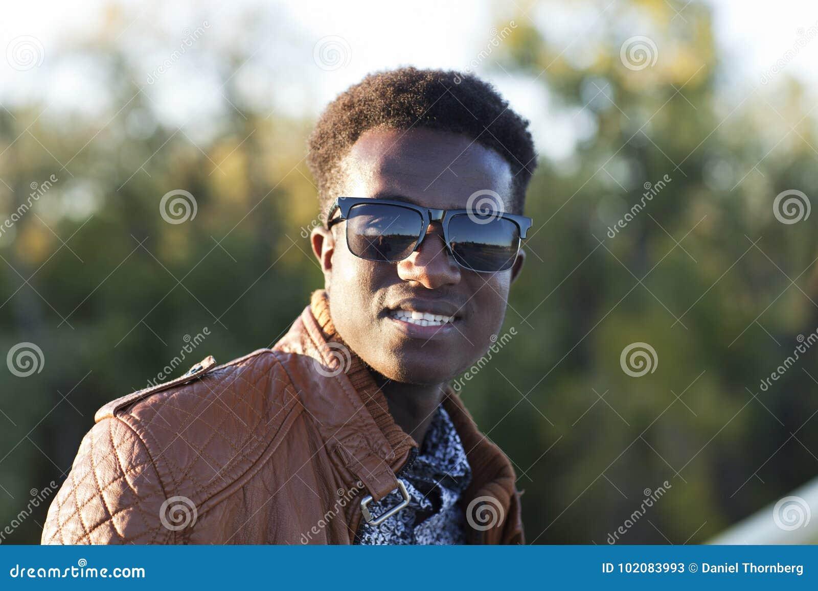 Negro Sol Gafas Una Hombre En Joven Chaqueta Cuero De Hermoso Y xhdrCtsQ