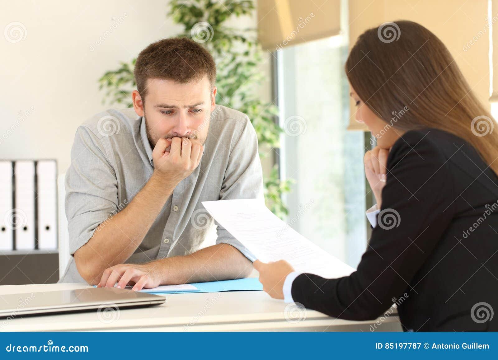 Hombre Nervioso En Una Entrevista De Trabajo Imagen de archivo ...